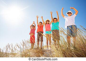 boldog, tengerpart homok, gyerekek, kézbesít, sok, feláll, lift