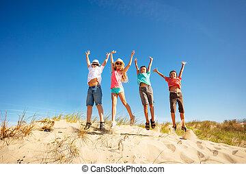 boldog, ugrás, homok, magas, dűne, csinos, gyerekek, feláll