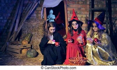 boszorkány, három, el, jelmezbe öltöztet, kilépő, motion., lány, lassú, elkísér, candy., múmia, futás
