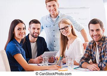brainstorm., csoport, ügy, ülés, emberek, együtt, látszó, fényképezőgép, hord, hajlandó, asztal, kényelmes, furfangos, boldog
