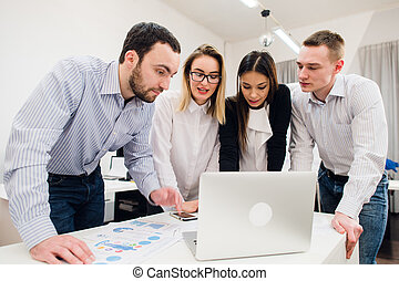 brainstorm., jókedvű, csoport, ügy emberek, laptop, együtt, látszó, hord, mosolygós, kényelmes, furfangos