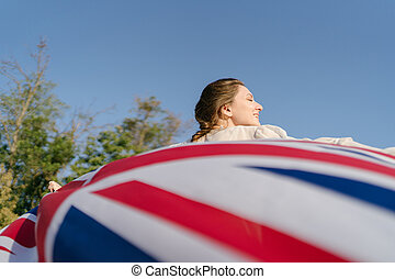 britain's, nő, beautifully, mögött, kézbesít, lobogó, develops