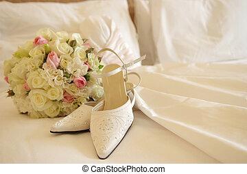 cipők, &, csokor, esküvő öltözködik