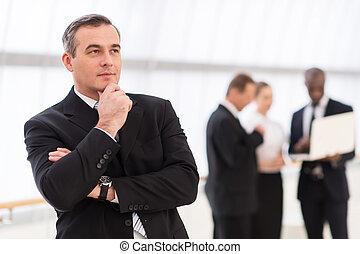 colleagues, hatalom kezezés, áll, új, háttér, időz, ember, ideas., keres, látszó, figyelmes, álló, érett, el, formalwear, övé