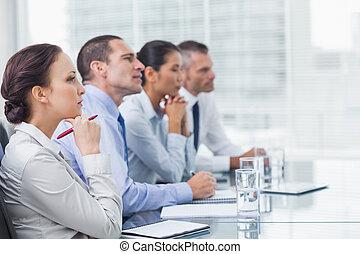 coworkers, kihallgatás, bemutatás, figyelmes