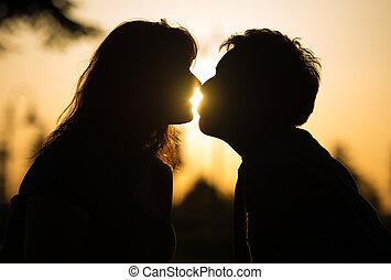 csókolózás, összekapcsol naplemente, romantikus