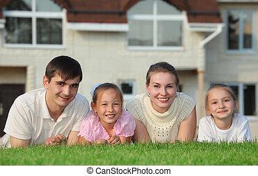 család, épület, ellen, négy, fekszik, fű