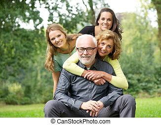 család, boldog, nevető, együtt, szabadban