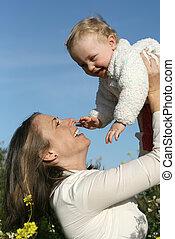 család, mosolygós, anya, csecsemő, játék, boldog