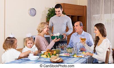 család tag, ajándék, mosolygós, felfogó