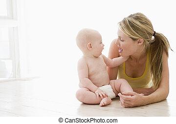 csecsemő, bent, anya