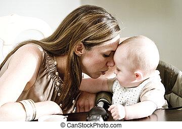 csecsemő, closeup, anya, kötés