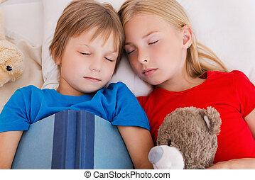 csinos, fáradt, tető, után, két, ágy, alvás, day., időz, együtt, aktivál, gyerekek, fekvő, kilátás