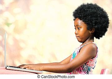 csinos, kevés, afrikai, laptop., gépelés, leány, afrikai származású, frizura