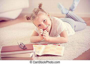 csinos, kevés, olvas, könyv, otthon, leány