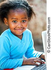 csinos, leány, gépelés, laptop., afrikai