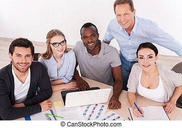 csoport, ügy, ülés, tető, emberek, együtt, team., fényképezőgép, hord, asztal, mosolygós, erős, kényelmes, kilátás