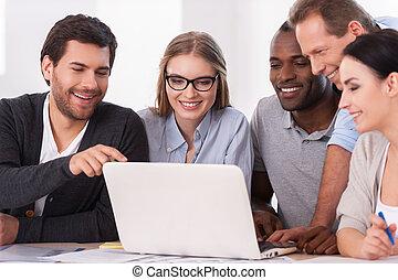 csoport, ügy, work., emberek, laptop, ül együtt, kreatív, látszó, időz, valami, befog, asztal, fejteget, kényelmes kopás