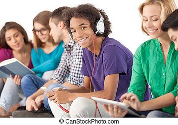 csoport, carefree., elszigetelt, együtt, fiatal, költés, időz, diákok, multi-ethnic, idő, fehér