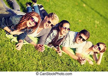csoport, diákok, liget, tizenéves, vagy, fekvő