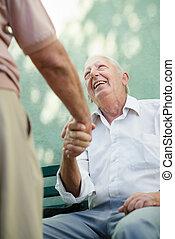 csoport, férfiak, öregedő, beszéd, nevető, boldog