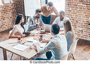 csoport, hivatal, munka emberek, hat, team., fiatal, időz, valami, asztal, ülés, fejteget, gesztus