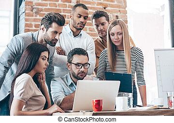 csoport, hivatal, work., emberek, laptop, hat, fiatal, kreatív, látszó, időz, csapatmunka, vonzalom, asztal