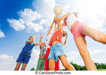 csoport, labda, bánik, kaszáló, gyerekek