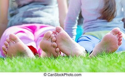 csoport, liget, zöld fű, gyerekek, fekvő, boldog