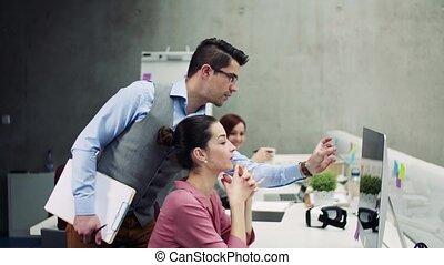 csoport, munka hivatal, fiatal, együtt, businesspeople, társalgás.
