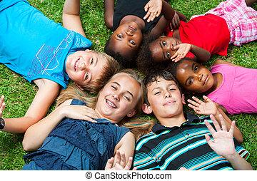 csoport, og, lefektetés, együtt, grass., különböző, gyerekek