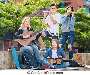 csoport, young tizenéves, zeneértők, liget