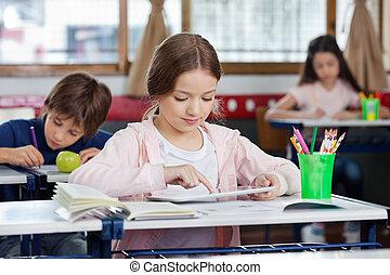 diáklány, használ, íróasztal, tabletta, digitális