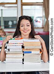 diáklány, mosolygós, előjegyez, kazalba rakott, íróasztal