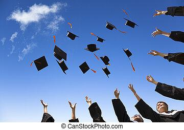 diákok, kalapok, fokozatokra osztás, levegő, misét celebráló, dobás