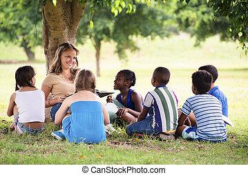 diákok, young gyermekek, oktatás, könyv, felolvasás, tanár