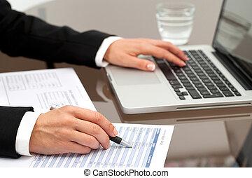 documents., bírálat, női kezezés