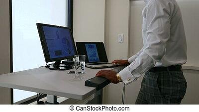 dolgozó, üzletember, 4k, hivatal, számítógép