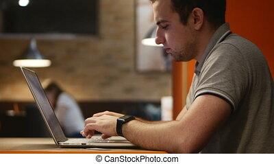 dolgozó, 4k., fiatal, számítógép, cafe., üzletember