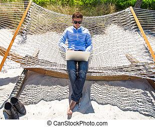dolgozó, laptop, fiatal, szünidő, függőágy, közben, tengerpart, ember