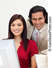 dolgozó, mosolygós, fényképezőgép bábu, nő, együtt