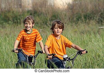 egészséges, gyerekek, játék, bringák