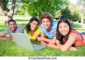 egyetem területe, diákok, laptop, fekvő