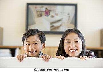 eleven, televízió, szoba, lapos ellenző, két, fiatal, mosolygós, gyerekek