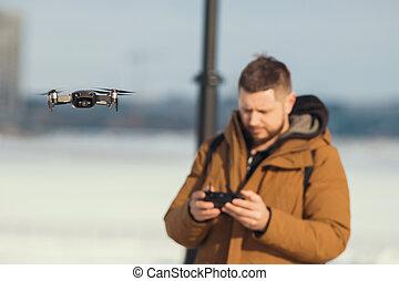 ellenőrzés, távoli, quadrocopter, igazgató, -, sárga, henyél, birtok, menekülés, öltözék, ember