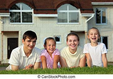 ellen, épület, fű család, négy, fekszik