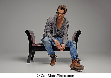 elszigetelt, ülés, szüret, el, férfiak, fiatal, szürke, látszó, időz, chair., szék, jelentékeny, szemüveg