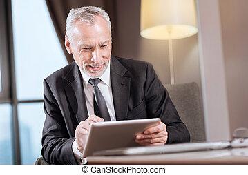 ember, idősebb ember, boldog, tabletta, használ