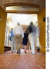 emberek, életlen, gyalogló, át, nyílik, ajtók