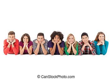 emberek, emberek., fiatal, elszigetelt, jókedvű, időz, multi-ethnic, kényelmes, elülső, fehér, mosolygós, fekvő